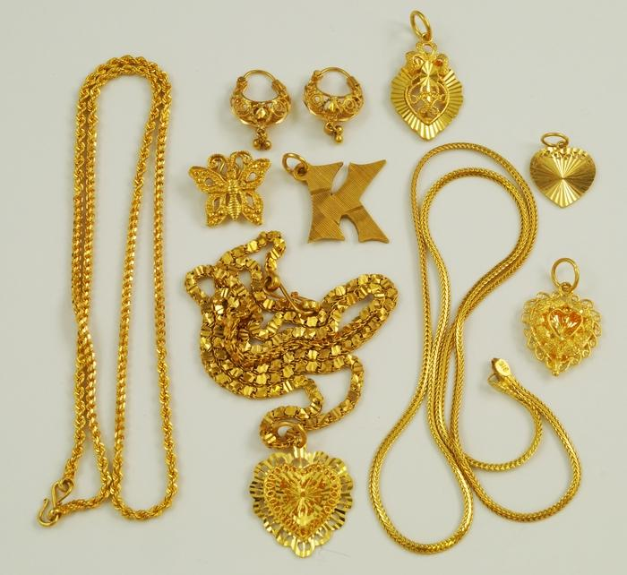 A quantity of 22ct gold jewellery to include pierced heart shape